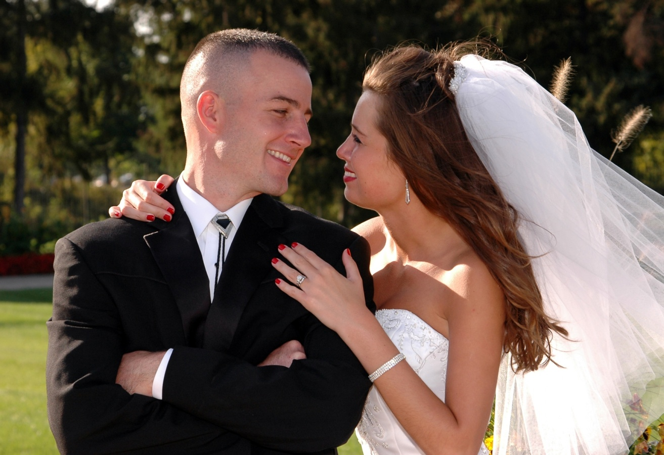 8x10-bride-and-groom-veil-blowing-e1469046778678